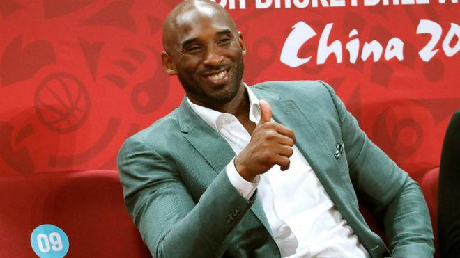 Kobe Bryant saluda a los medios de comunicación.