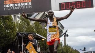 Geoffrey Kamworor pasando por plena línea de meta / Half Marathon...