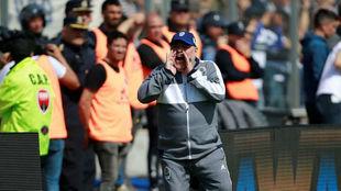 Maradona dando indicaciones durante el partido.