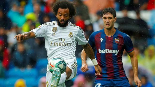 Marcelo controla el balón durante el compromiso ante el Levante.