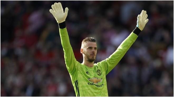De Gea saluda a los aficionados del Manchester United.