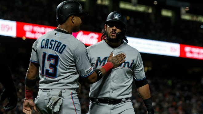 Jorge Alfaro es felicitado por su compañero de equipo Starlin Castro.