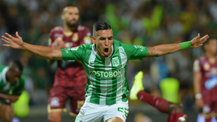 Daniel Muñoz del Nacional celebra después de anotar el primer gol de...