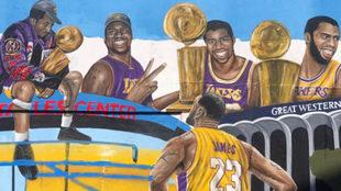 LeBron en un mural de los Lakers con jugadores emblemáticos del...