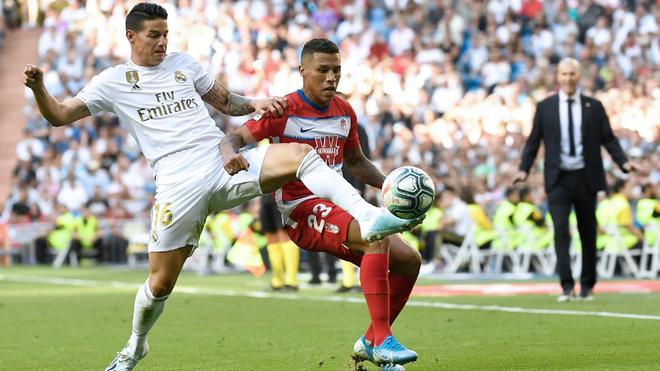 James en una acción de juego contra el Granada