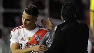 Gallardo saluda a Borré durante el juego ante Boca.
