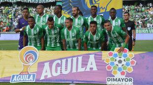 Jugadores de Nacional forman para el partido ante el Junior.