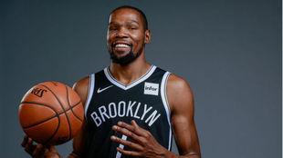 Kevin Durant posa con la camiseta de Brooklyn.