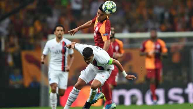 Falcao cabecea el balón ante la marca de Thiago Silva.