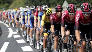 Egan Bernal bien custodiado por el Team Ineos en el pasado Tour de...