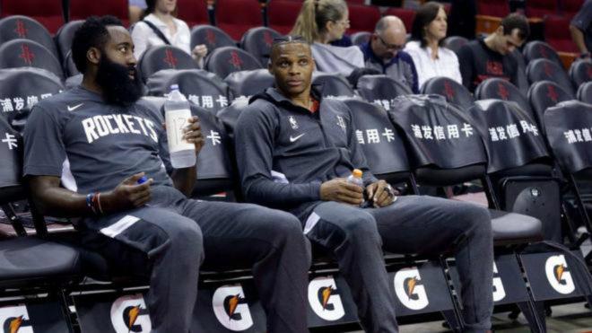 James Harden y Russell Westbrook antes de uno de los partidos de los...