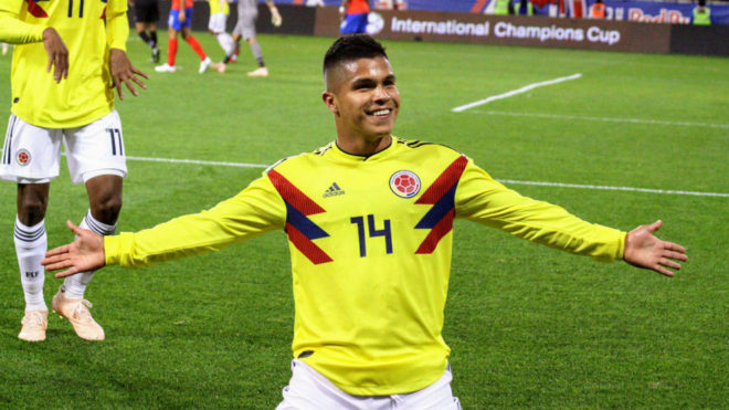 El Cucho Hernández celebra un gol con la selección colombiana