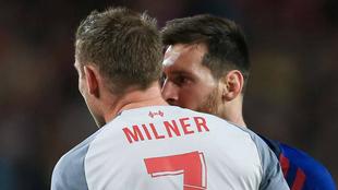 Milner y Messi dialogan durante el más reciente juego entre el...