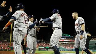 Los jugadores de los Houston Astros celebran el cuadrangular de George...