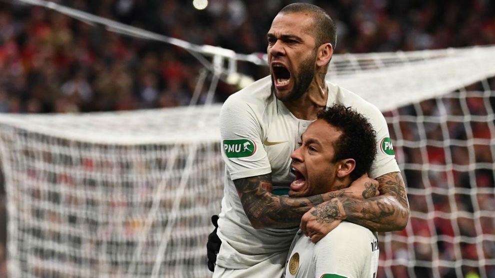 Alves y Neymar celebran un gol en el PSG.