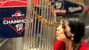 Melissa Martínez besando el trofeo de campeón de los Washington...