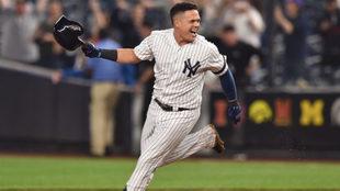 Gio Urshela festeja un jonrón con los Yankees.
