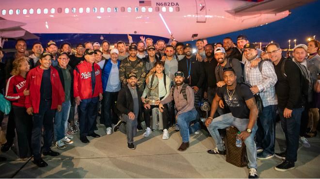 Los jugadores de los Nationals tras arribar a la capital.
