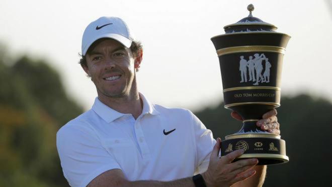 Rory McIlroy con un trofeo de campeón