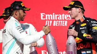 Lewis Hamilton y Max Verstappen, en el podio de Austin / AFP