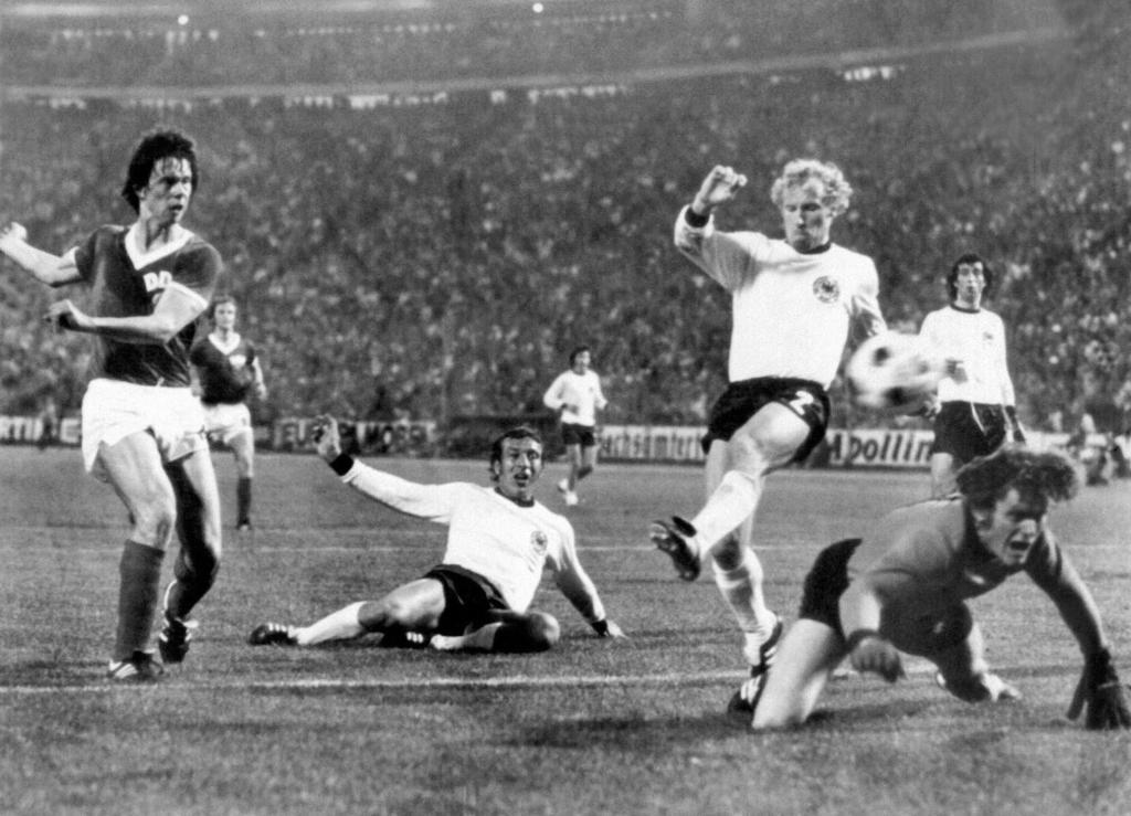 Sparwasser marca el gol de la victoria de la RDA sobre la RFA.