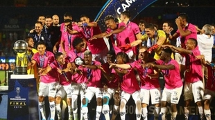 Los jugadores de Independiente del Valle celebran el título obtenido.