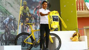 Egan Bernal con la camiseta amarilla de campeón de la ronda francesa...
