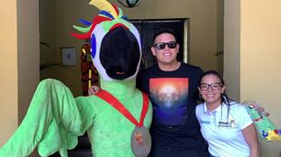 Gio Urshela posa junto a la mascota oficial de los Juegos Nacionales...