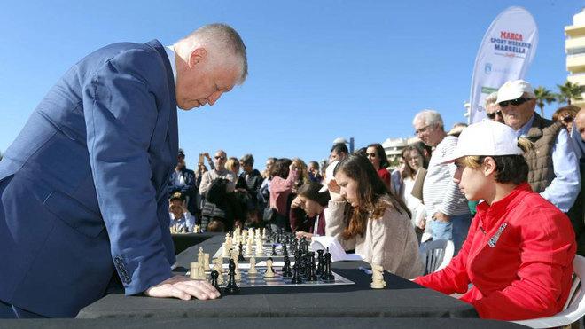 Karpov, en las partidas simultáneas.