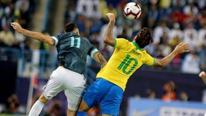 Ocampos y Lucas Paquetá, con el 10 a la espalda, pugnan por un balón aéreo.