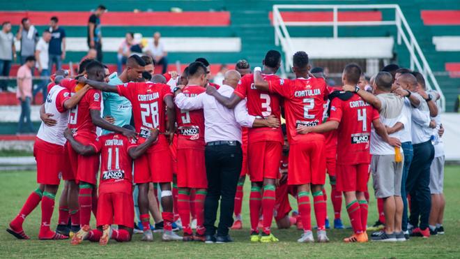 Los jugadores de Cortuluá se reúnen tras un partido.