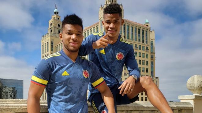 Frank Fabra y Wilmar Barrios posan con la nueva camiseta.