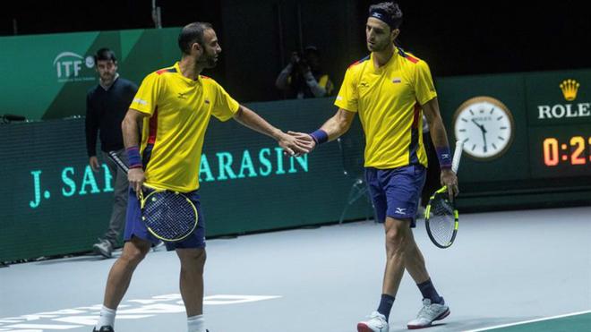 Juan Sebastián Cabal y Robert Farah se chocan las manos durante el...