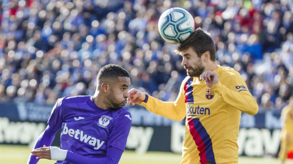Gerard Piqué disputa un balón.