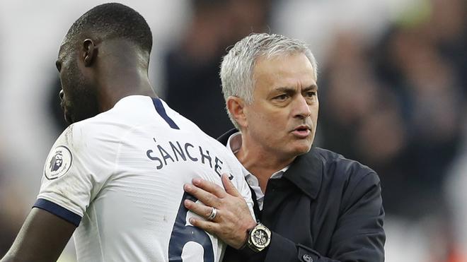 Sánchez recibe una palmada de Mourinho al término del partido.