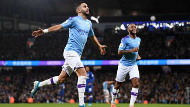 Mahrez celebra el segundo gol del City. Sterling lo acompaña en la...