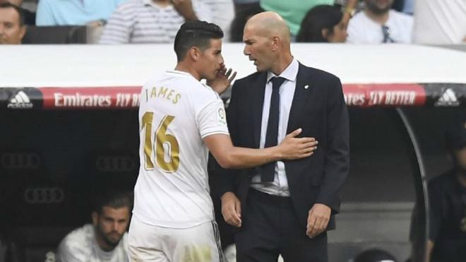 James y Zidane dialogan durante un encuentro.