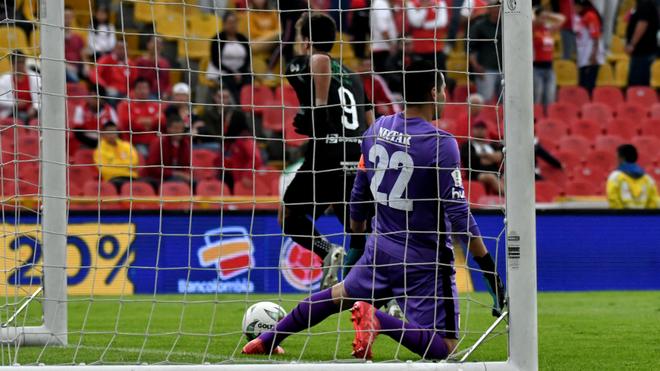 Juan Dinenno corre a celebrar el primer gol del partido.