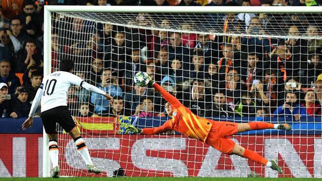 Kepa le detiene un penalti a Parejo.
