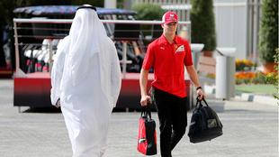 Mick Schumacher llegando al Gran Premio de Abu Dhabi