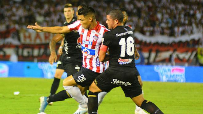 Teófilo Gutiérrez disputa el balón con Segovia