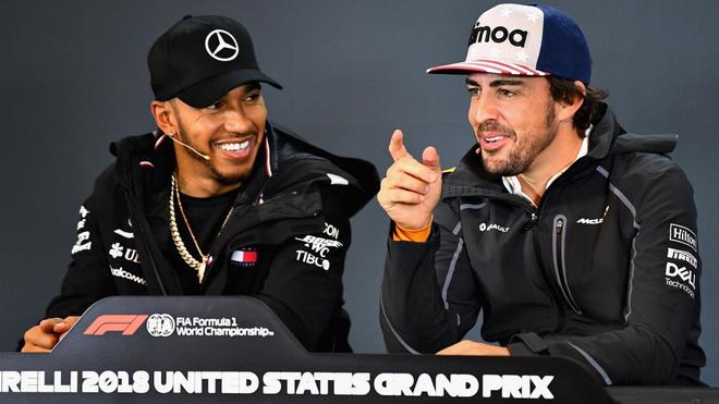 Lewis Hamilton junto a Fernando Alonso.