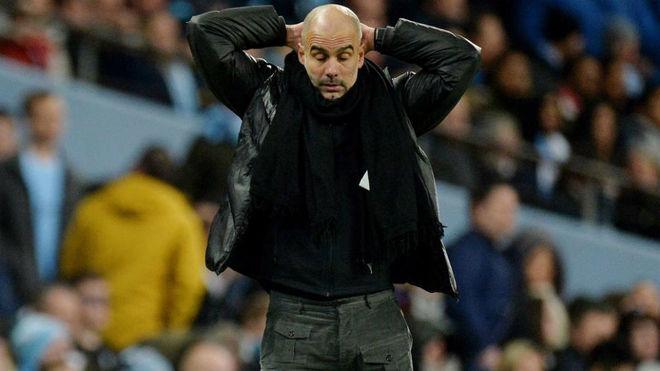 Pep Guardiola se toma la cabeza en un juego del City.