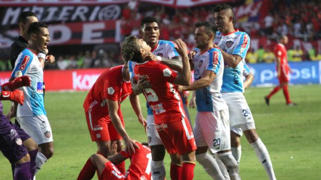 Momento de la pelea entre Marlon Piedrahíta y Rafael Carrascal.