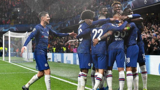 Los jugadores del Chelsea celebran el primer tanto.