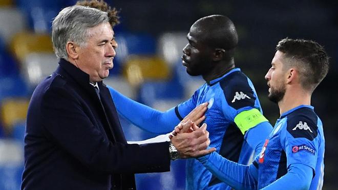 Ancelotti saluda a Koulibaly y Mertens tras el partido de Champions.