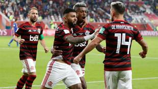 Los jugadores de Flamengo festejan con Giorgian De Arrascaeta el tanto...