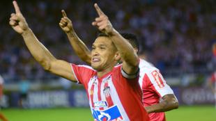 Teófilo Gutiérrez celebra un tanto con la camiseta de Junior.