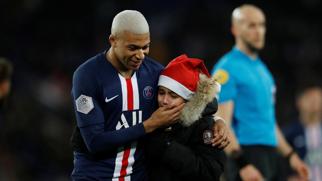 Mbappé regala su firma a un niño en pleno partido del PSG