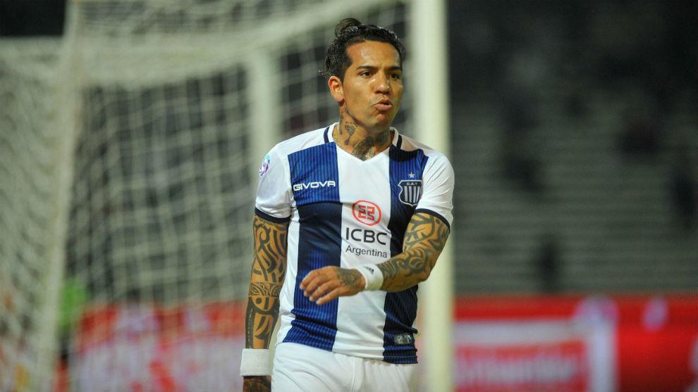 Dayro Moreno, durante un encuentro con Talleres.